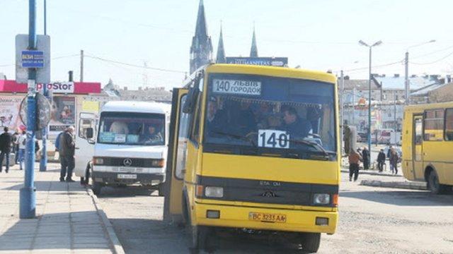 На Львівщині запустили автобусні спецрейси для довезення працівників. Графіки