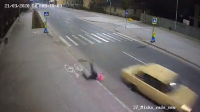 У Пустомитах неповнолітній на автомобілі збив працівницю комунальної служби