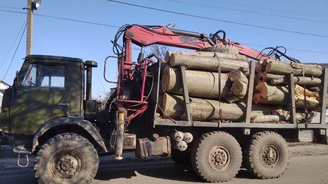 На Яворівщині правоохоронці затримали вантажівку з незаконно зрубаною деревиною