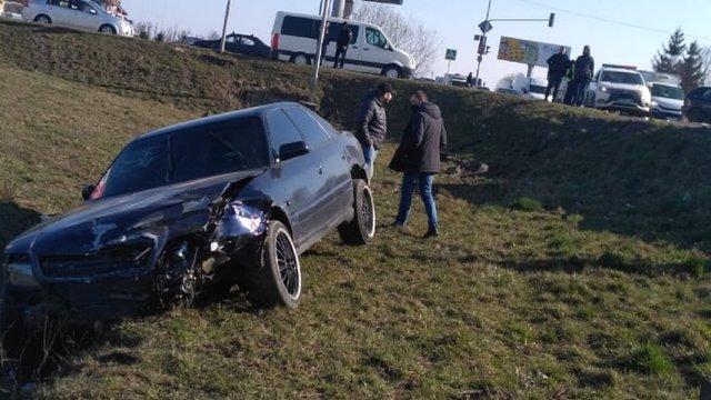 Унаслідок ДТП на об'їзній Львова Audi А6 злетіла з траси
