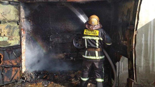 У Львові внаслідок пожежі згоріли гараж та автомобіль