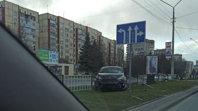 На вул. Науковій у Львові автомобіль виїхав на роздільний газон та зніс парапети