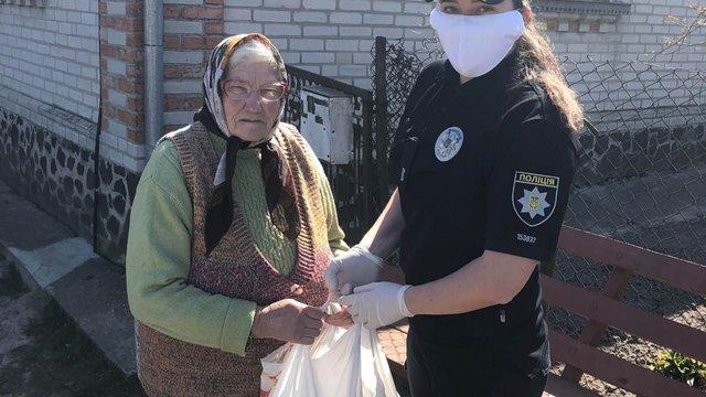 Студенти університету внутрішніх справ допомагають самотнім львів'янам під час карантину
