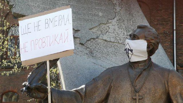 У Львові затримали активіста «ДемСокири» за політичні плакати на пам'ятниках