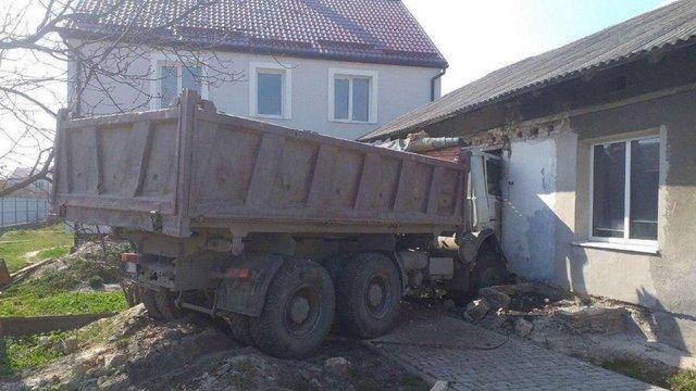 Біля Львова вантажівка протаранила стіну та заїхала в кімнату будинку