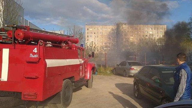 Через пожежу сухої трави у Львові вогонь перекинувся на автівки на стоянці