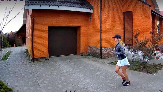 Киянка пробігла 42-кілометровий марафон навколо дому для допомоги медикам