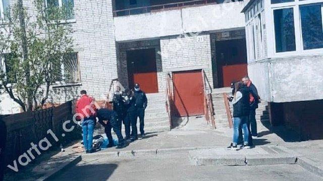 З балкону багатоповерхівки у Львові випала 34-річна жінка