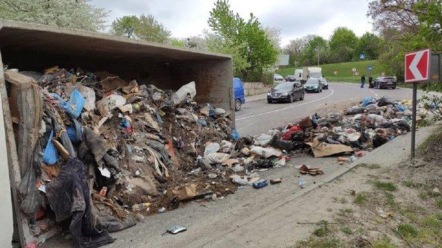 У Львові перекинувся перевантажений сміттєвоз