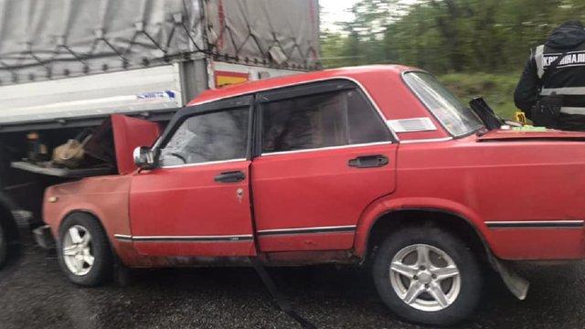 Біля Стрия водій «Жигулів» заїхав під  фуру, яка стояла на дорозі
