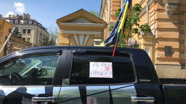 Підприємці з активістами влаштували антикарантинний протест під офісом Зеленського