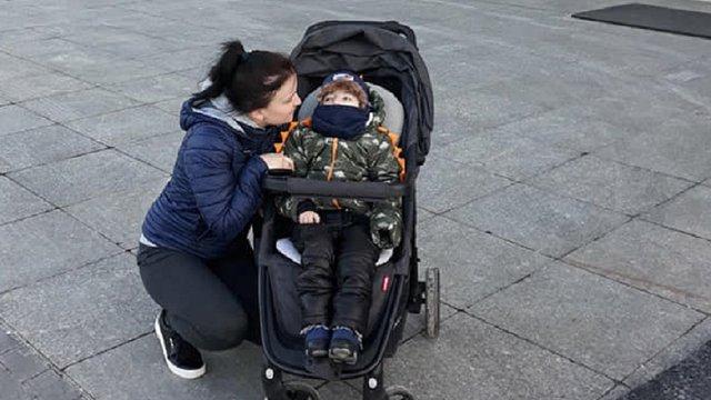 Важкохворого 5-річного українця не впустили на літак додому