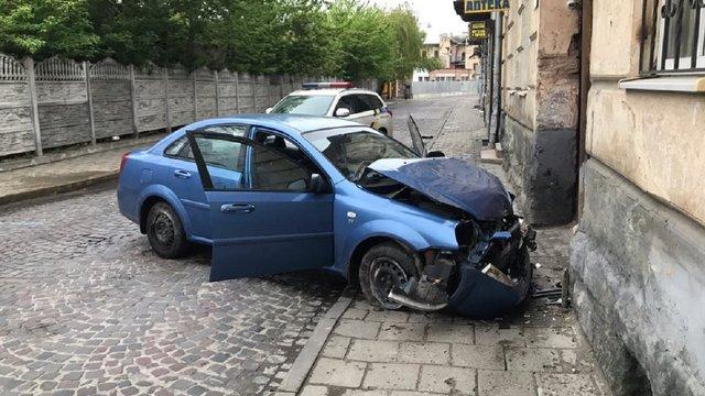 У Львові автомобіль в'їхав у стіну житлового будинку