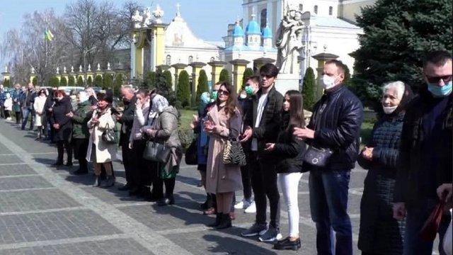 Суд відмовився штрафувати священика та мера Червонограда за масове богослужіння на карантині
