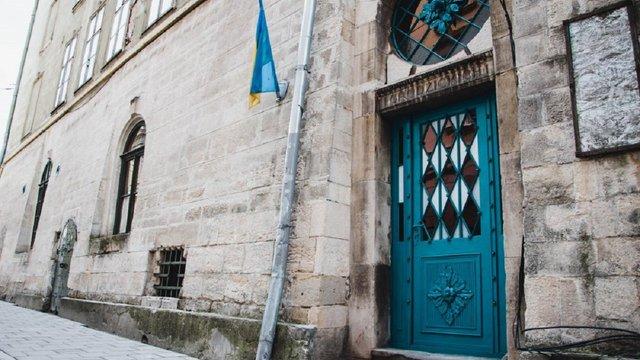 Реставратори відновили до первісного кольору давню браму на площі Ринок