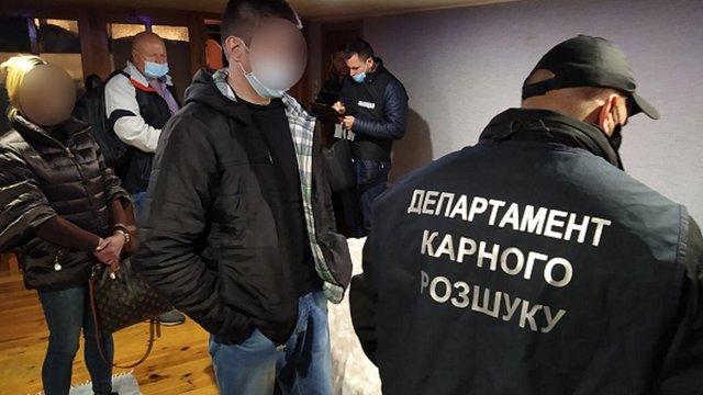 У центрі Львова затримали підозрюваних у масштабній афері з нерухомістю