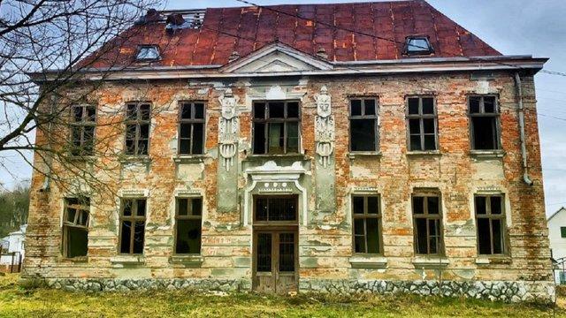 У Миколаївському районі відновлять покинуту 115-річну будівлю школи
