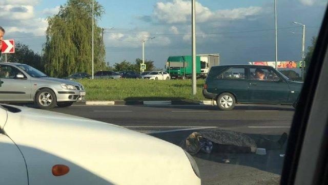 На виїзді зі Львова вантажівка на смерть збила пішохода