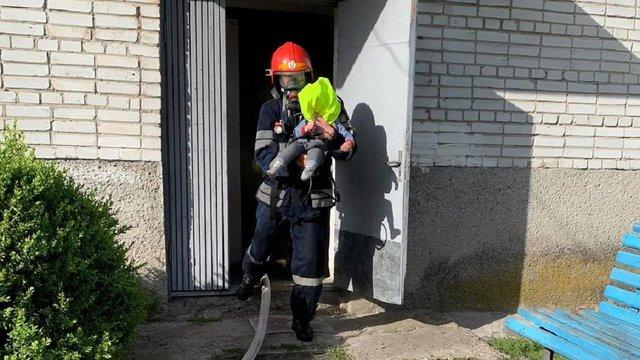 На Львівщині під час пожежі вогнеборці врятували трьох дорослих та немовля