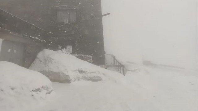 Гору Піп-Іван у Карпатах засипало снігом