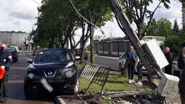 21-річна львів'янка на Nissan Juke знесла на Сихові бетонну електроопору