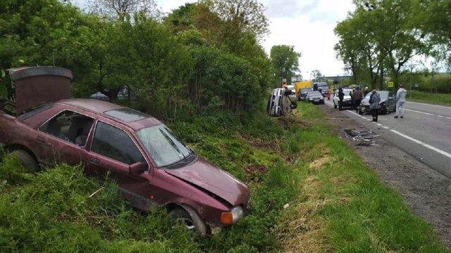 Два легковики злетіли з траси унаслідок потрійної ДТП поблизу Львова