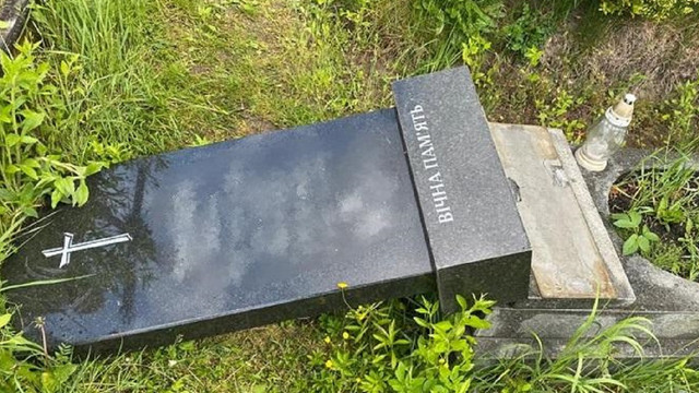 На кладовищі у Яворові п'яний 31-річний чоловік понищив пам'ятники