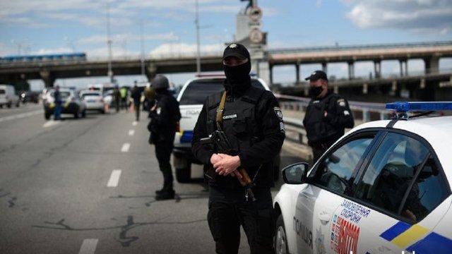 Неврівноважений чоловік у Києві погрожував підірвати міст Метро
