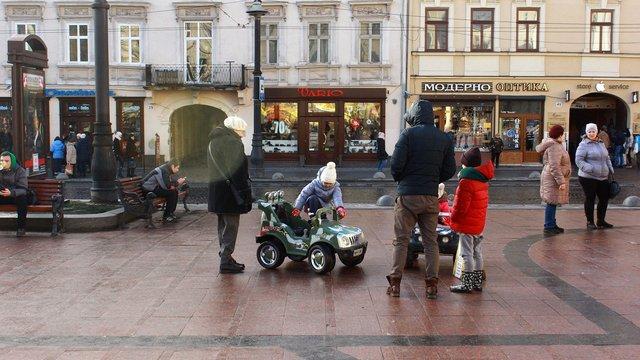 Суд повернув власниці атракціонів у центрі Львова всі конфісковані муніципалами електромашинки
