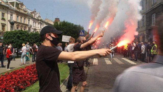 Захисники готельно-ресторанного бізнесу палили фаєри під прокуратурою Львівщини