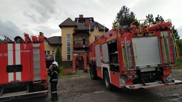 У Трускавці через влучання блискавки виникла пожежа на даху готелю