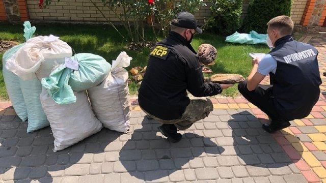 Поліцейські на Рівненщині вилучили майже 860 кг нелегального бурштину
