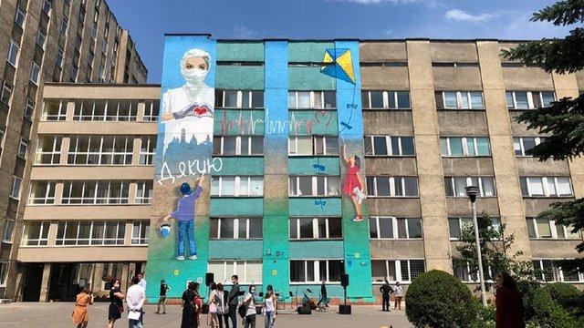 На стіні львівської лікарні намалювали мурал у подяку медикам