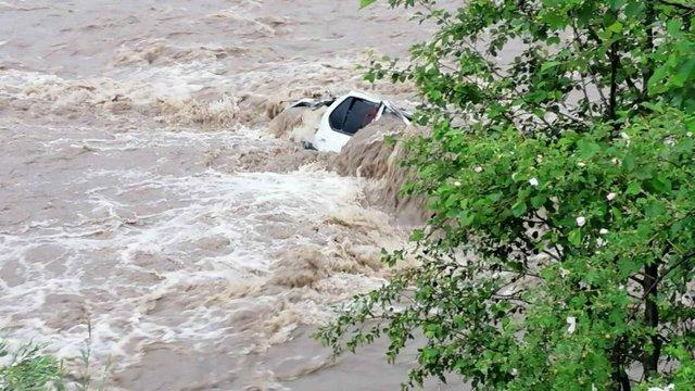 Двоє людей зникли на Івано-Франківщині після падіння їхнього автомобіля в річку