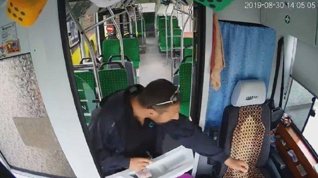 Львів'янина засудили до року тюрми за крадіжку виручки у водія автобуса у Рясному-2