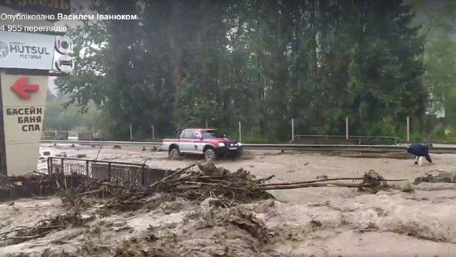 У Яремчі затопило трасу національного значення
