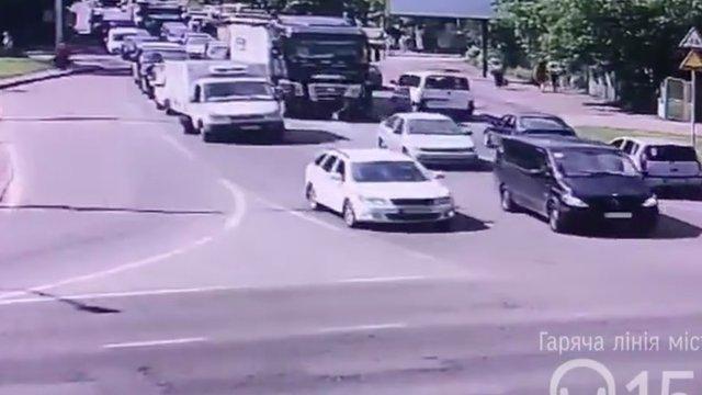 Наїзд фури на велосипедиста у Львові потрапив на камери спостереження