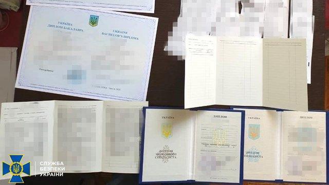 СБУ викрила зловмисників, які підробляли українські дипломи для терористів «ДНР»