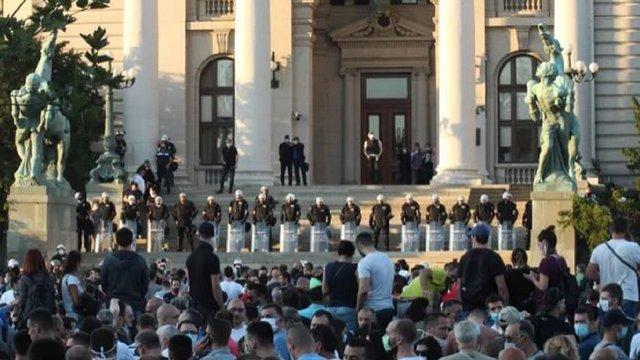 Сербія відмовилася від посилення карантину після масових демонстрацій