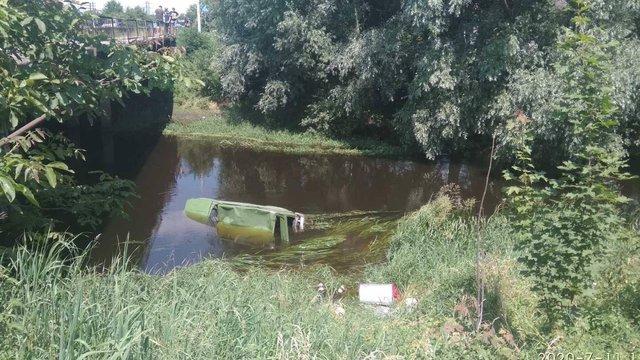 У Червонограді «Нива» збила велосипедиста і впала у річку, водій загинув