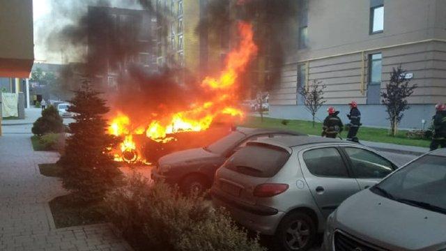 У Львові на вул. Шевченка згорів припаркований у дворі автомобіль