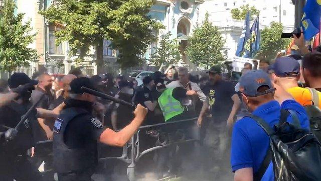 Під ВР стались сутички між поліцією і противниками мовного законопроекту Бужанського