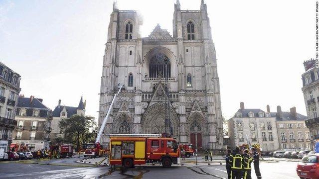 У Франції в соборі XV століття сталася масштабна пожежа