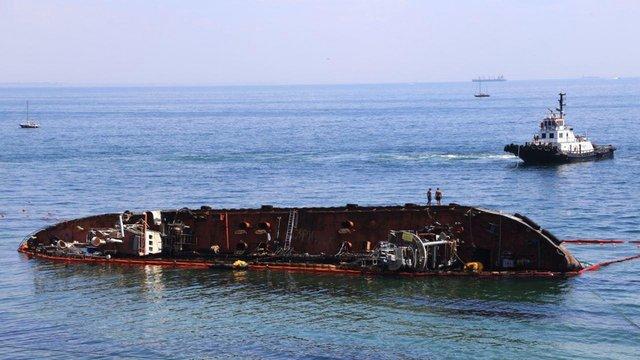В Одесі піднімають затонулий майже 8 місяців тому танкер Delfi