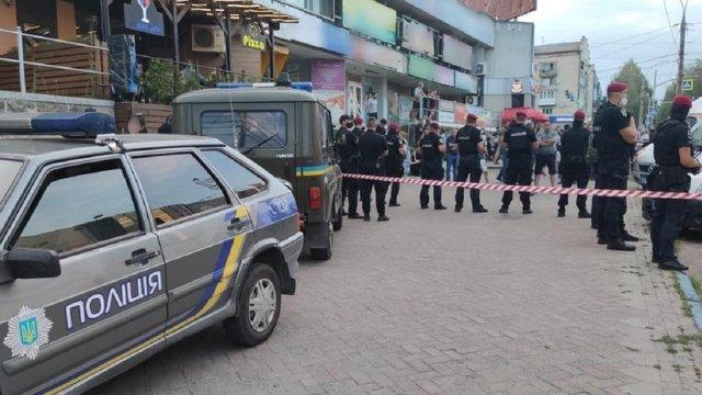 У Чернівцях посеред вулиці під час бійки застрелили чоловіка