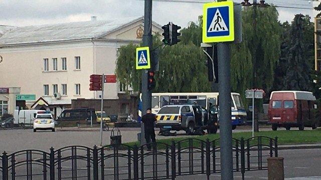 Терорист-одинак захопив автобус із заручниками у центрі Луцька
