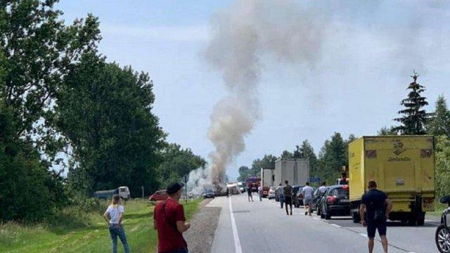 Після зіткнення з мікроавтобусом біля Стрия загорілася вантажівка