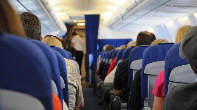 Всіх пасажирів літаків в Євросоюзі зобов'язали носити маски
