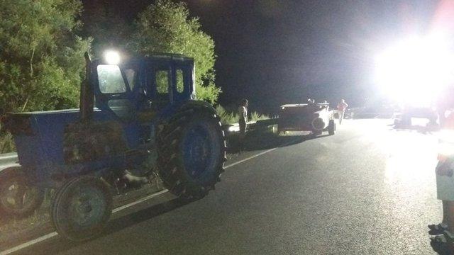 У нічній ДТП на Львівщині два мотоциклісти зіткнулися із трактором
