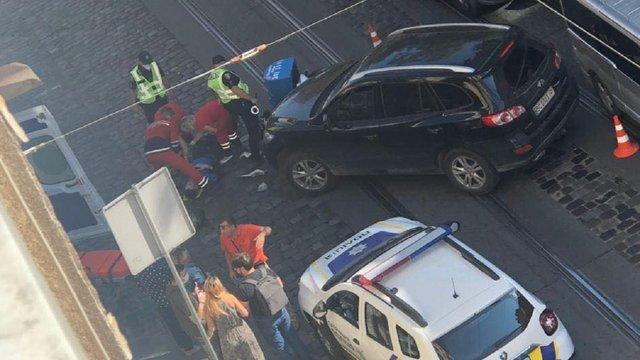 У Львові автомобіль збив кур'єра Domino's Pizza на скутері